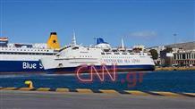 Круизное судно тонет в порту (фото)