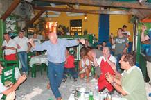 Жив еще курилка: Йоргос Папандреу станцевал «зейбекико» под грохот тарелок
