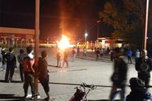 Беспорядки в лагере беженцев: жертвы, избитые работники скорой и сожженная машина (фото)