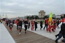 Салоники встречают бегущих Санта Клаусов