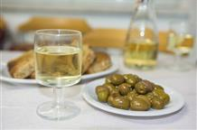 """New York Times: греческая ретцина, """"шампанское для бедных"""" - лучшее вино 2016 года"""