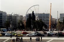 Рождество в Афинах: вместо елки установили колесо