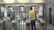 Греки учат друг друга, как пройти в метро без билета (видео)