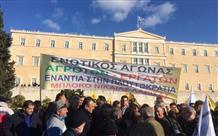 Греческие фермеры окружили здание парламента (видео)