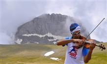 Адреналин и нотная грамота: грек покоряет горы, играя на скрипке (видео)