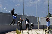 Не зарастет народная тропа: беженцы пытаются проникнуть в Италию через порт Патр (видео)