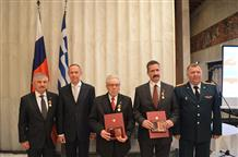 Трех граждан Греции наградили медалями Минобороны России