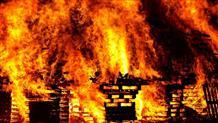Ярость огня: окруженный пламенем житель Греции снял на видео загорающийся дом (видео)