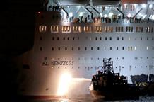 В греческом порту завершилась эвакуация пассажиров горящего парома