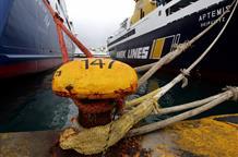 В Греции моряки, требующие повышения зарплаты, на сутки продлили забастовку