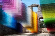 Полуразрушенный дом в Греции дополнили пиксельной инсталляцией