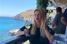 Анна Семенович по просьбе мужчин опубликовала фото в купальнике, отдыхая в Греции (фото)