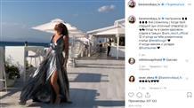 """Барановская позировала в Греции в """"стальном"""" платье с высоким разрезом"""
