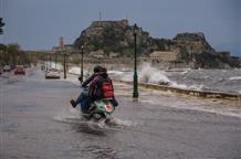 Греция во власти стихии: камнепад и наводнения (видео)