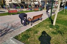 Инициатива: власти греческого города забрали скамейки у пенсионеров (фото)