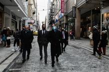 Смягчение карантина: греки выстроились в очереди у открывшихся магазинов (фото, видео)
