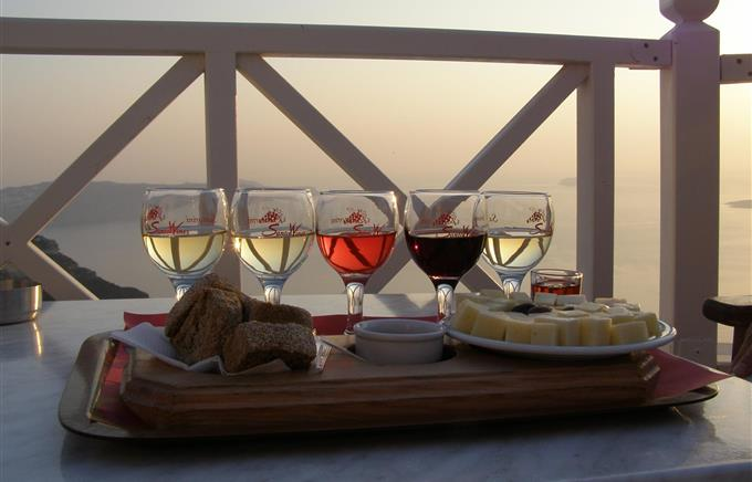 https://rugr.gr/images/resized/680X436/stories/2015/07/santorini/vino.jpg