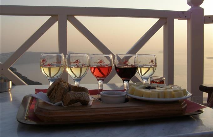 https://rugr.gr/images/resized/680X436/stories/2015/07/santorini/vino.jpg