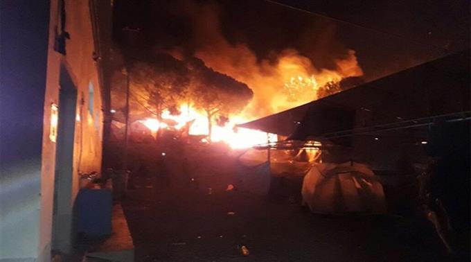 Тысячи мигрантов бегут извременного лагеря наЛесбосе из-за пожара