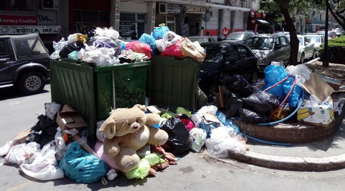 Афины погрязли взавалах мусора из-за бастующих 10 дней уборщиков